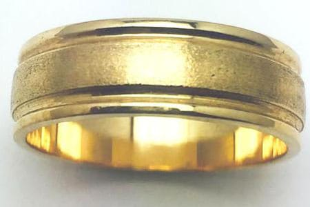 Men's wedding band in 10 k yellow gold